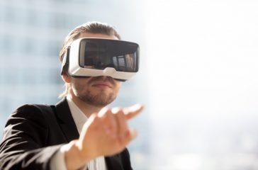 man-vr-headset-using-gestures-simulation_1163-5518