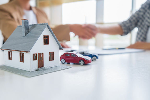 real-estate-agent-shaking-hands-with-customer-deal-contract-buy-house_1418-2413