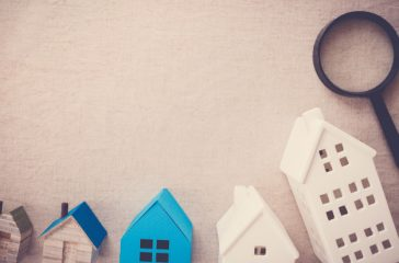 model-houses-magnifying-glass-house-searching_49149-727
